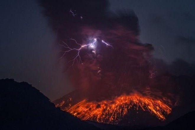 Dramatic Pictures Of The Sakurajima Volcano Erupting With Lightning - 17 incredible photos of volcanic lightning