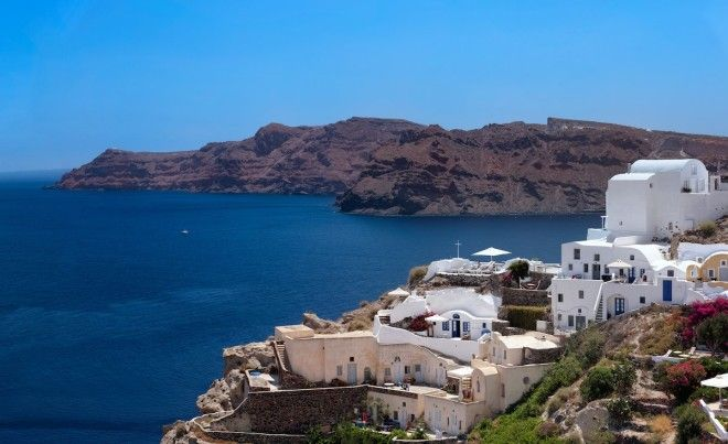 Immerse yourself in Oias artistic community in Santorini Greece