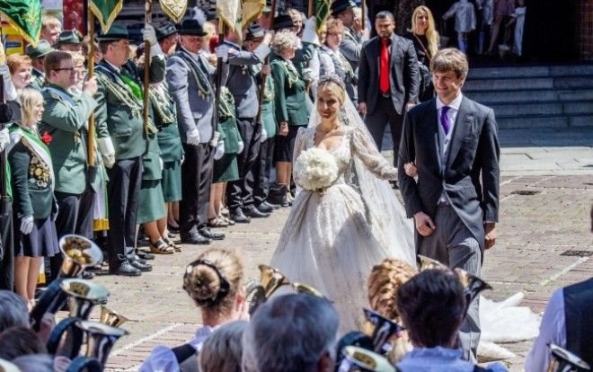 10 Photos Showing How Modern Princes and Princesses Get Married in Different