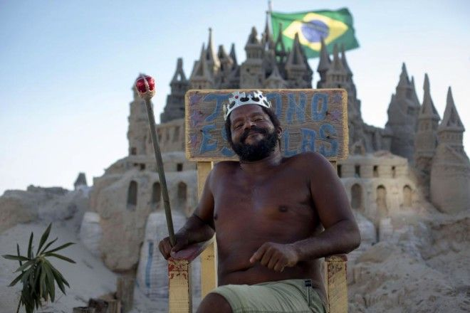 Rio man creates elaborate sand castle