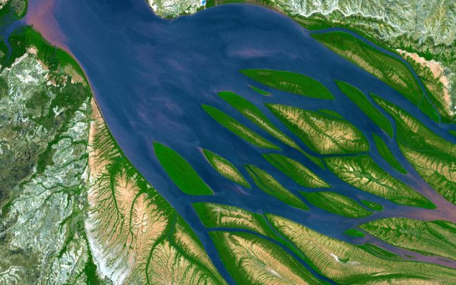 This is a false color image of Bombetoka Bay in northwestern Madagascar.