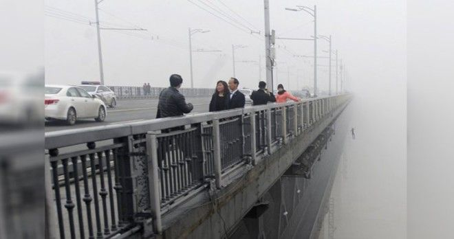 Man committing suicide while a photographer was taking snaps of air pollution on the Wuhan Yangtze River Bridge