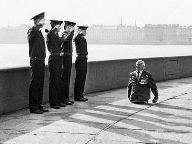 When this man who lost his legs in battle was saluted by 4 soldiers