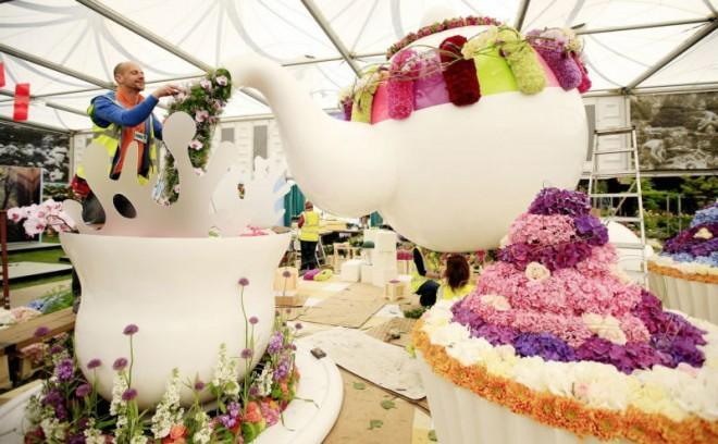 Incredible cakes with delicate edible flowers