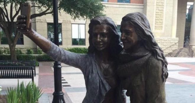 The bronze selfie statue