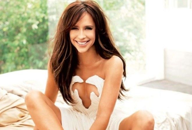 Jennifer Love Hewitt made a comeback and we can't get enough of her!